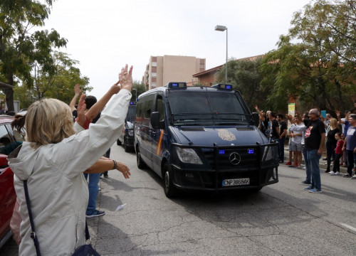 A Spanish police van and some referendum voters on October 1, 2017 in Tarragona (by Roger Segura)