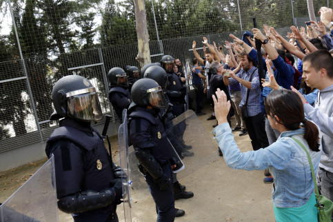 Spanish police officers facing voters with the hands up in Lleida (Oriol Bosch)