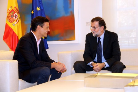 Spanish president Mariano Rajoy speaking to leader of the PSOE Pedro Sànchez ini Madrid (by Tània Tàpia)