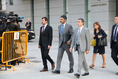 Catalan police chief, Josep Lluís Trapero (center), arriving in the National Court on Monday (by Roger Pi de Cabanyes)