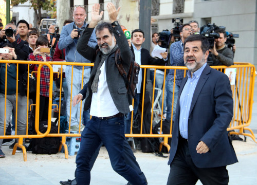 Òmnium Cultural president, Jordi Cuixart (left), and Catalan National Assembly, Jordi Sánchez, arrive in Madrid on Monday (by Roger Pi de Cabanyes)