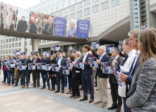 MEPs protest the incarceration of Jordi Sànchez and Jordi Cuixart in front of the European Parliament in Brussels
