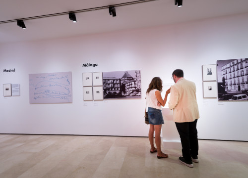 Museumgoers at the 'Palau mira Picasso' exibit (by Fundació Palau)