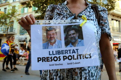 A Catalan protester demanding freedom for imprisoned civil society leaders Jordi Sànchez and Jordi Cuixart (by ACN)