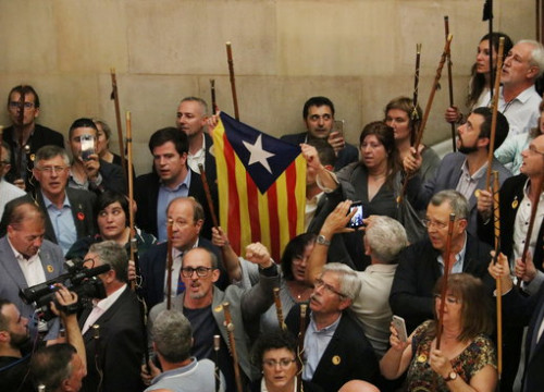 Catalan mayors in parliament after the declaration of independence on October 27 (by Maria Bélmez)