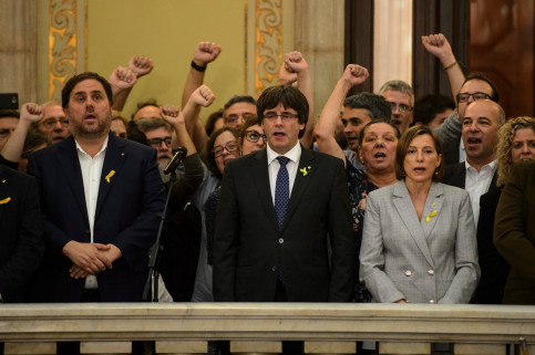 Catalan president Carles Puigdemont (center) at the Parliament on Friday (by ACN)