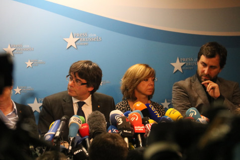 Carles Puigdemont in Brussels with five of his ministers (by Blanca Blay)