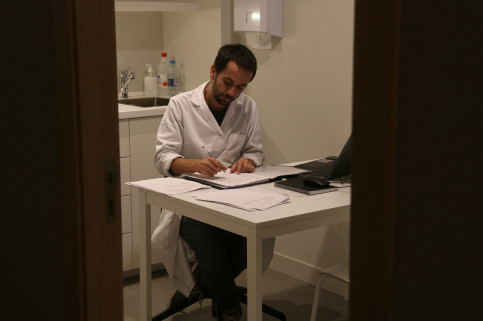 A doctor working at one of the consulting rooms at the new PrEP Point opened on November 15 in Barcelona (by Elisenda Rosanas)