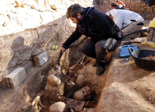 Archaelogists uncovering a mass grave left over from the Spanish Civil War (by ACN)