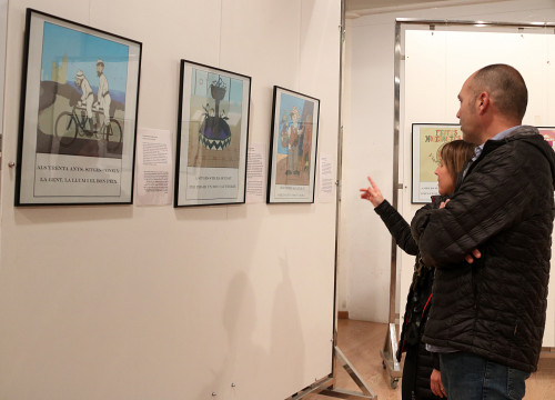Two people observe the 'L'Auca de Rusiñol' exhibit in Sitges on November 24 2017 (by Gemma Sánchez)