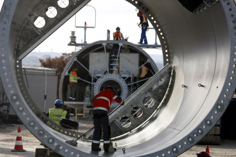 People working on the wind turbine (by ACN)