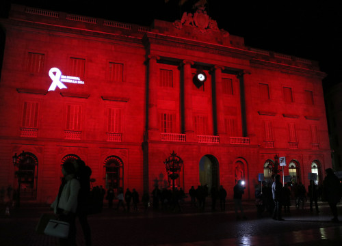 The façade of Barcelona City Council, illuminated red in commemoration of World AIDS Day (by ACN)