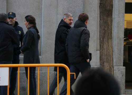 To the left and with a hooded black coat, Oriol Junqueras' lawyer Andreu van den Eynde walks and talks on his way to the Supreme Court on December 1 2017 (by Tània Tàpia)