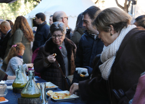 People tasting olive oil at the fair in Tarragona (by ACN)