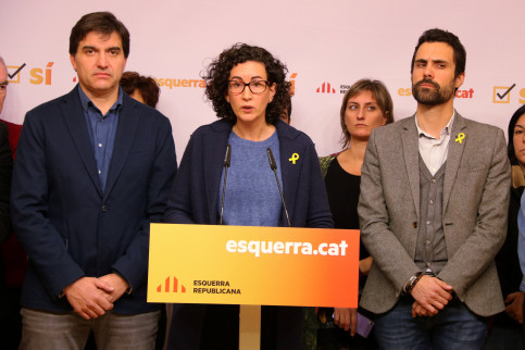 Marta Rovira, number 2 in the ERC ticket, flanked by two of the members of the pro-independence party (by ACN)