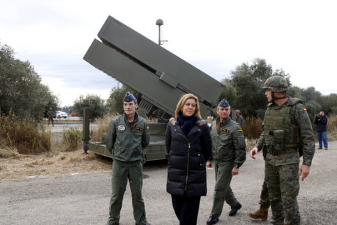 The Spanish defense minister, María Dolores de Cospedal, visiting military equipment in Reus in December 2017 (by Roger Segura)