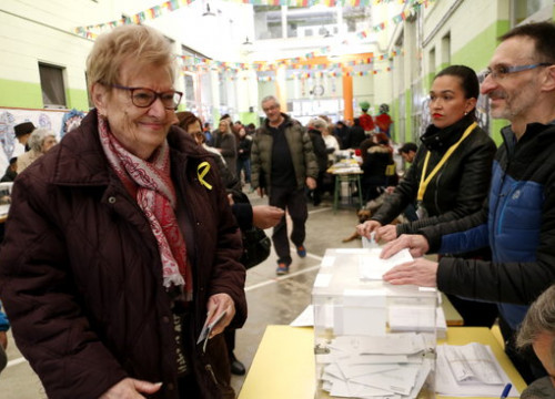 A voter on December 21 wearing a yellow ribbon in support of imprisoned Catalan leaders (by ACN)