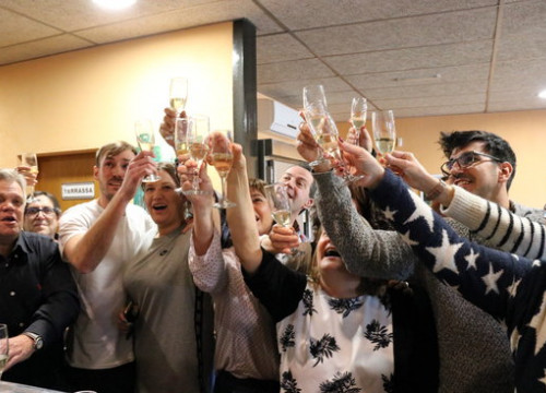 Can Barceló restaurant owners and customers, in Campdorà, celebrate the first prize in the lottery (by Gerard Vilà)