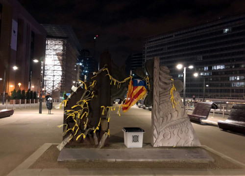 Yellow ribbons, an 'estelada' flag, and an October 1 ballot box outside the European Commission in Brussels on January 14 2018 (by CDR Brussels)