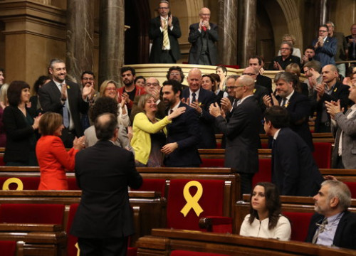 Roger Torrent, being congratulated for his new post as Parliament president (by Elisenda Rosanas)