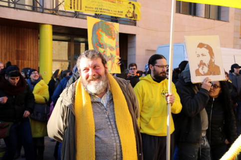 Manel Riu (foreground) escorted by supporters in Tremp (by Marta Lluvich)
