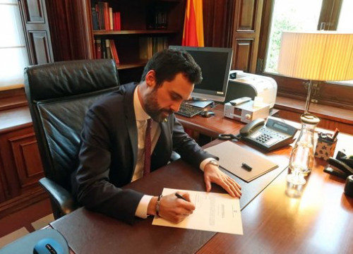 The Catalan Parliament president, Roger Torrent, signing Carles Puigdemont's bid to become Catalan president again (by Catalan Parliament)