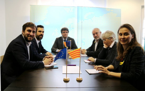 From left to right, Toni Comin, Roger Torrent, Carles Puigdemont, Lluis Puig, Clara Ponsati and Meritxell Serrat meeting in Brussels (by ACN)