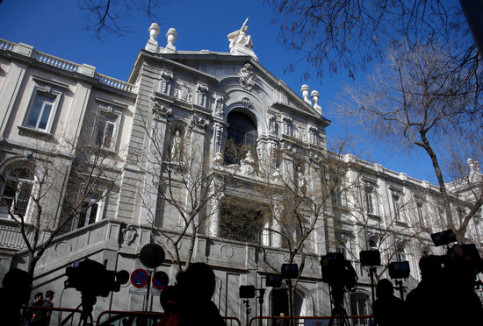 Outside the Spanish Supreme Court (by ACN)