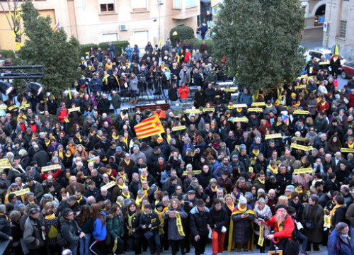 More than a thousand people gathered in the town square of Sant Vicenç dels Horts for the protest (by Bernat Vilaró)