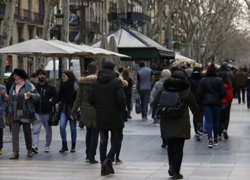Tourists on La Rambla, Barcelona, in February (by ACN)