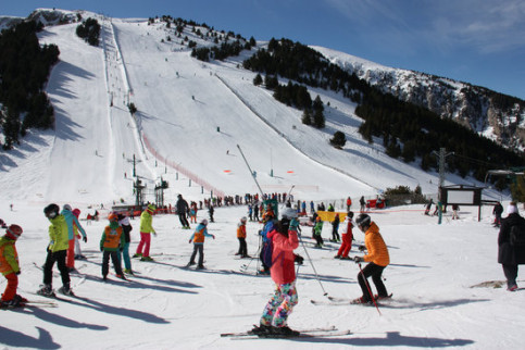 Skiers making the most of the snow in Masella (by ACN)