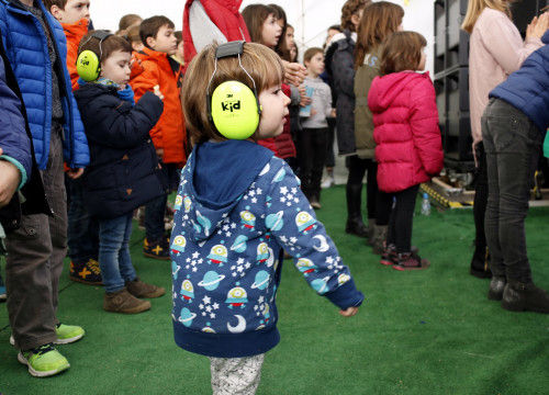 A little girl dances with headphones during the Petits Camaleons festival on February 18 2018 (by Mar Martí)
