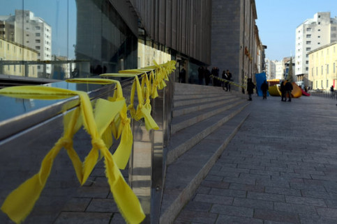 Yellow ribbons outside the Catalan government delegation in Girona on February 23, 2018 (by ADIC association)