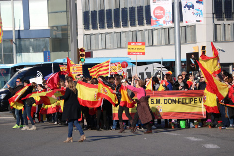 Unionist supporters welcoming the Spanish king (by ACN)