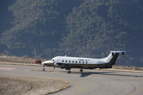 Twin Jet plane at Andorra-La Seu d'Urgell airport on Friday (by ACN)