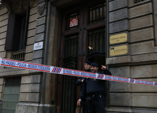 The surroundings of Òmnium HQ cordoned off while the Guardia Civil raids its offices