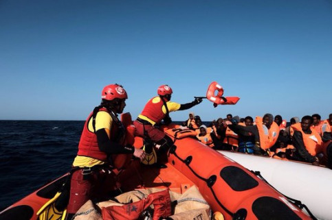 Open Arms team carrying out rescue operation (by Pro Activa Open Arms)