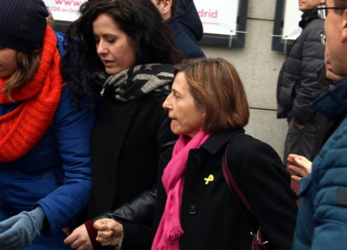 Former parliament speaker Carme Forcadell leaving the Supreme Court, surrounded by journalists on March 23 2018 (by Pol Solà)