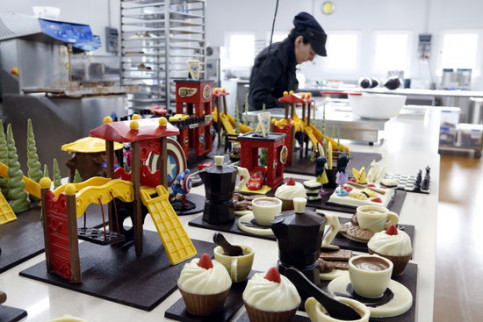 A baker working on toppings for Easter cakes (by ACN)