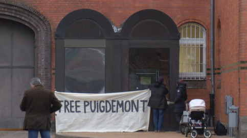 "Protesters holding ""Free Puigdemont"" banner outside prison where he is beign held (by ACN)"