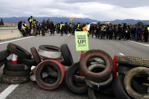 Protesters block the AP-7 highway near Figueras, north of Catalonia (Marina López)