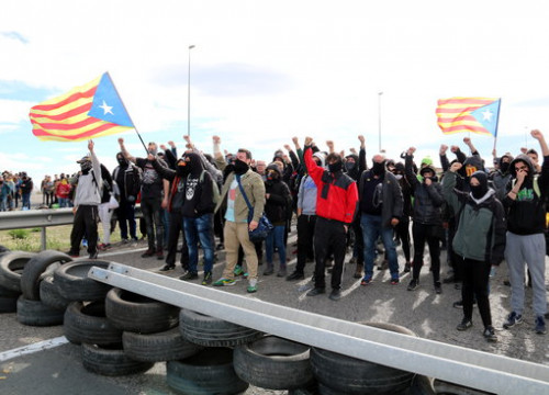 Catalan Committees in Defense of the Republick blocking a highway in protest of Carles Puigdemont's detention (by Laura Cortés)