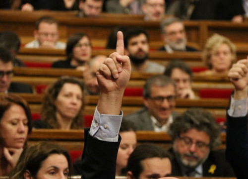 An MP voting in the Catalan parliament (by Pere Francesch)
