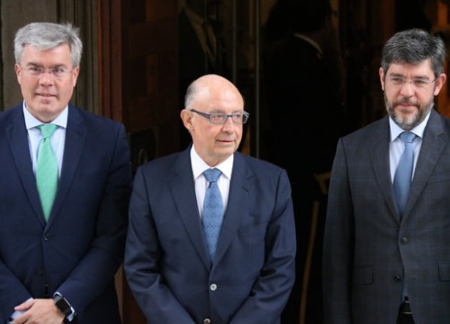 Spanish treasury minister Cristóbal Montoro (middle), alongside State Secretary of Budget Alberto Nadal (right) and of treasury José Enrique Fernández Moya (left) on April 4 2018 (by Roger Pi de Cabanyes)