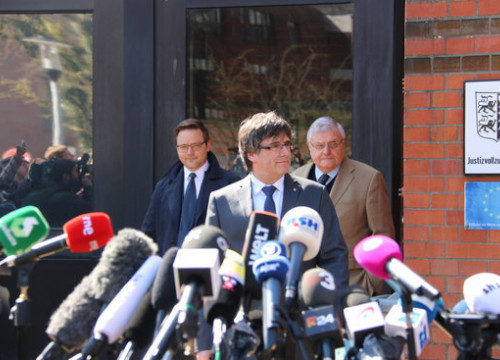Carles Puigdemont with his German lawyers outside Neumünster prison on April 6, 2018 (by Guifré Jordan)