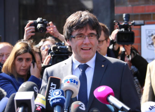 Deposed Catalan president Carles Puigdemont speaks to the press after being released (by Guifré Jordan)