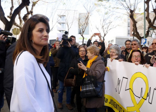 Olg Ricomà outside court in Tarragona, with crowd showing support (by ACN)