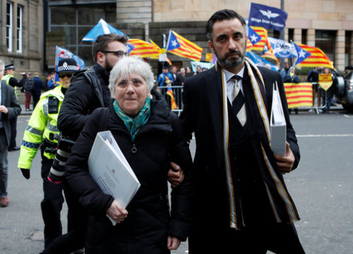 Clara Ponsatí and her lawyer, Aamer Anwar, outside Edinburgh court on April 12, 2018 (by Reuters)