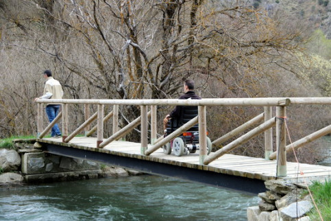 Two men cross over a bridge on Noguera Pallaresa on April 24 2018 (by Marta Lluvich)