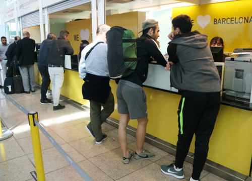 People at customer service during Vueling pilots' strike on Wednesday 25 April (by ACN)
